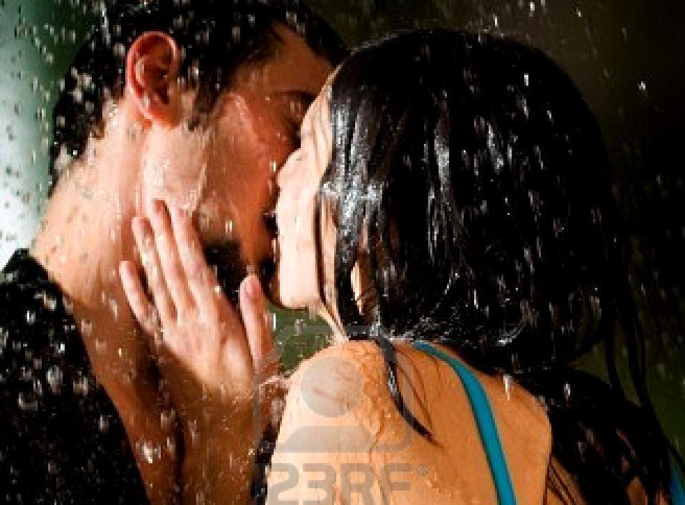 1528385-young-amorosa-feliz-pareja-besarse-y-abrazarse-bajo-una-lluvia2
